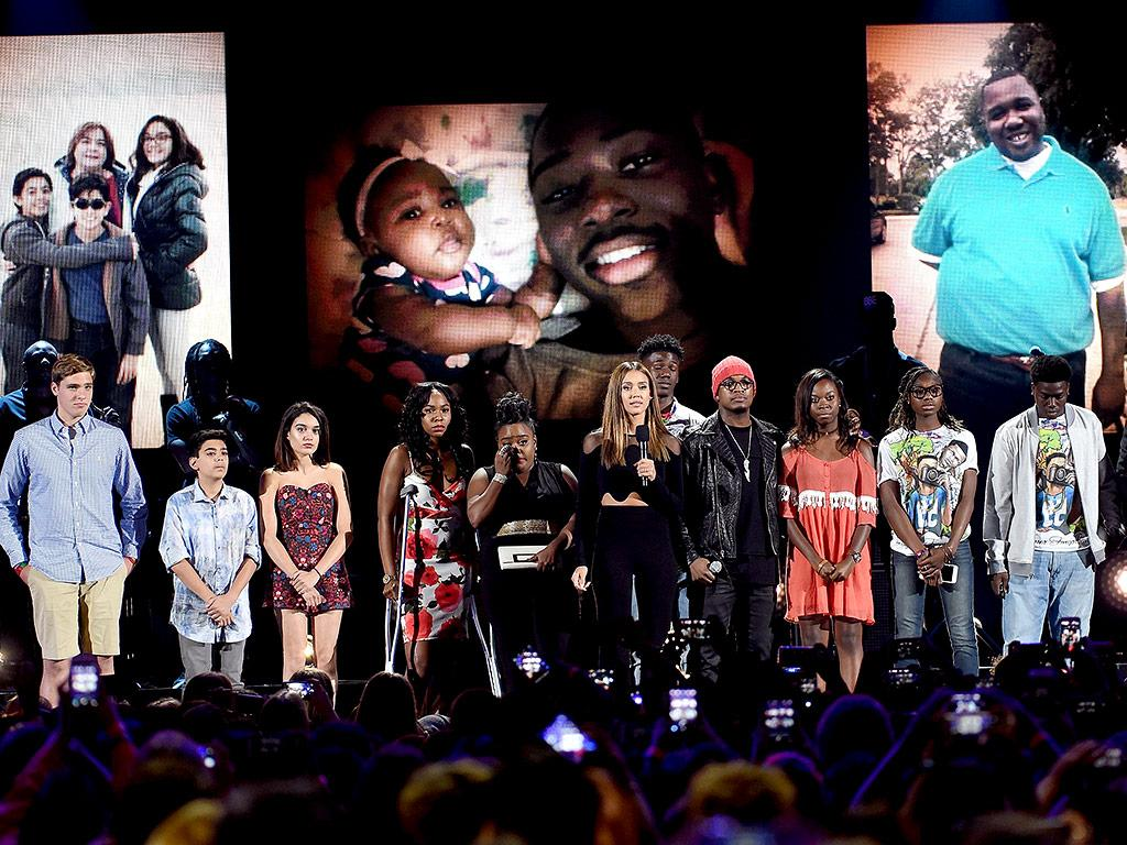 Jessica Alba Introduces Alton Sterling's Son, Orlando Victims and Others Affected by Gun Violence During Teen Choice Awards