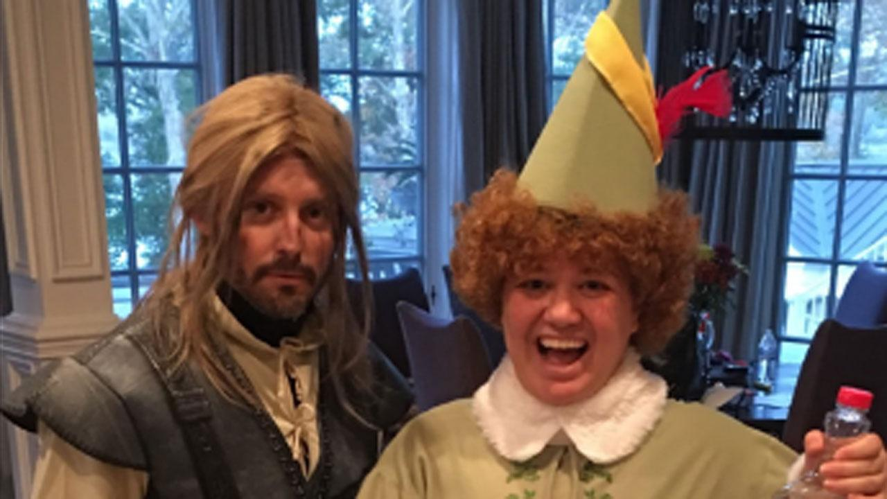 Kelly Clarkson Gets in Christmas Spirit on Halloween With Awesome 'Elf' Costume