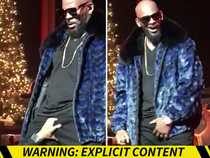 R. Kelly -- Fan Grabs Handful of Chestnuts During Christmas Concert (Video)