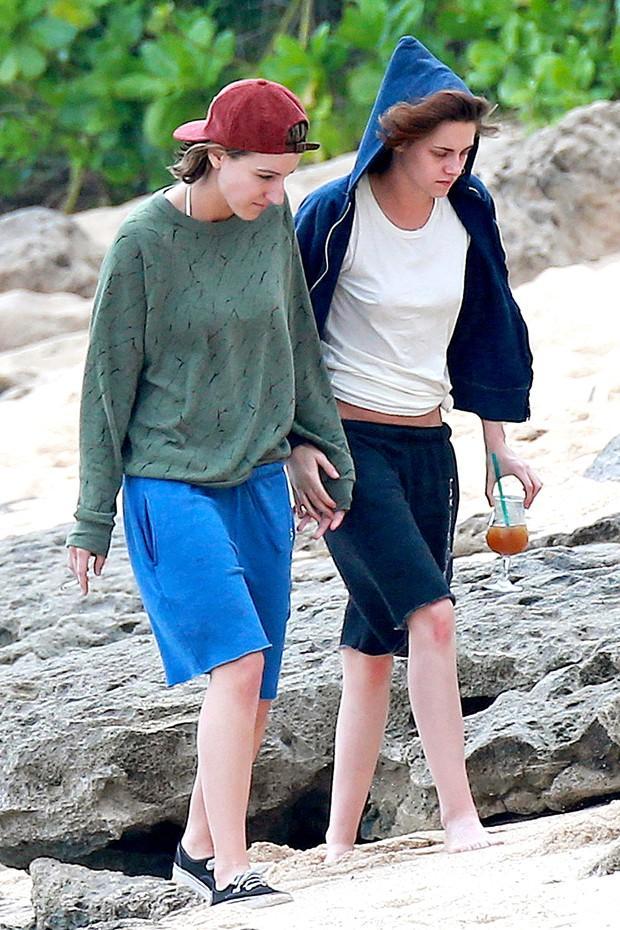 Kristen Stewart e Alicia Cargile andam de mos dadas no dia 31 de