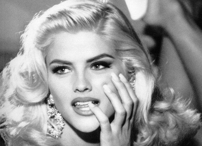 Anna Nicole Smith Biography - Childhood, Life Achievements & Timeline