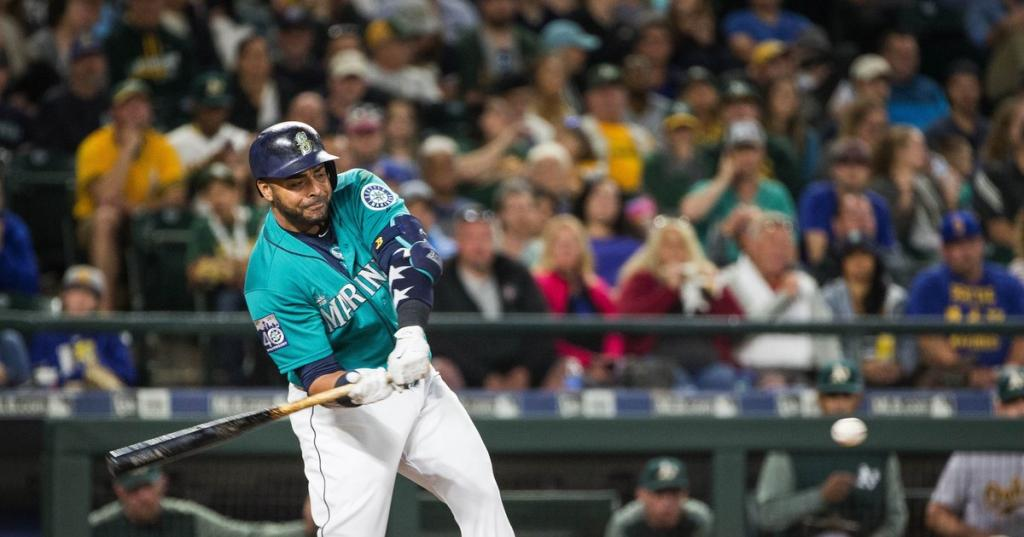 Nelson Cruz takes deserved bow after hitting homer No. 300 and helping the Mariners top the A's