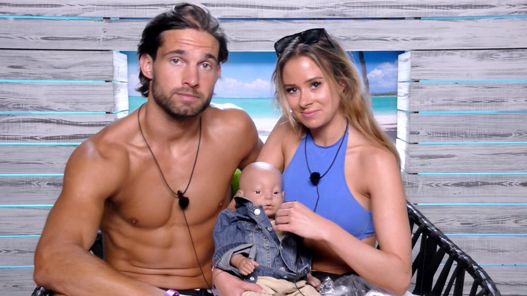 Love Island 2017: Caroline Flack isn't sure about Jamie and Camilla