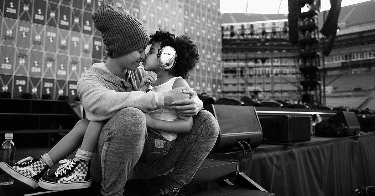 Beyonc� Nuzzles Blue Ivy Just Before the Start of the Formation Tour