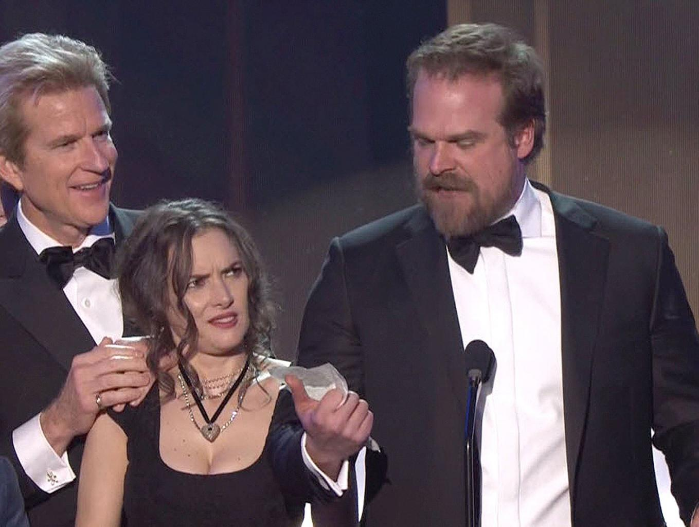 David Harbour Reveals the Story Behind Winona Ryder       's Meme-Inducing SAG Awards Facial Expressions