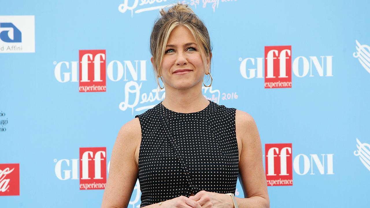 Exclusive: Jennifer Aniston Dishes on Hilarious 'SNL' Cameo, Spending the Holidays With Husband Justin Theroux