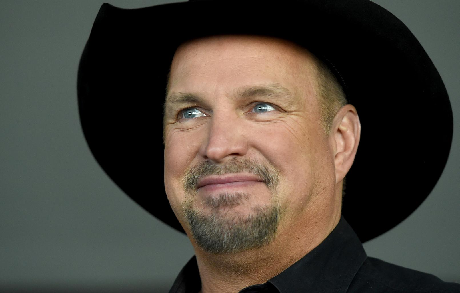 Garth Brooks Praises Ashton Kutcher  's Rendition Of    Friends in Low Places  ', Talks Two New Albums