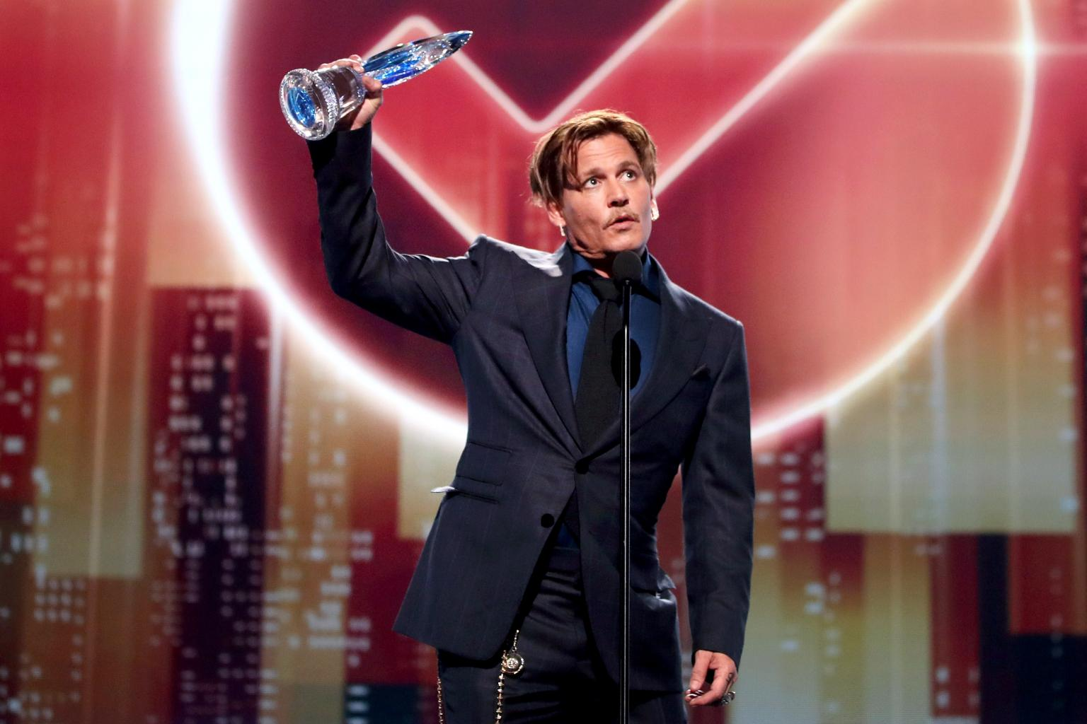 Johnny Depp Thanks Fans Who 'Stood By Me, Trusted Me' at 2017 People's Choice Awards