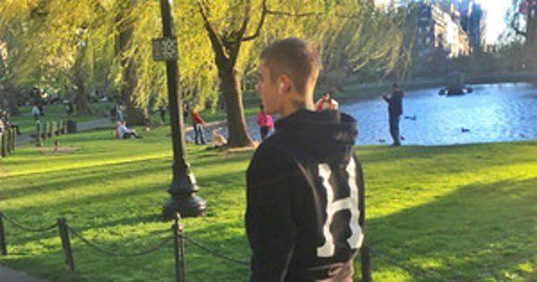 Shoeless Justin Bieber Wanders Around Boston Park and Feeds a Squirrel