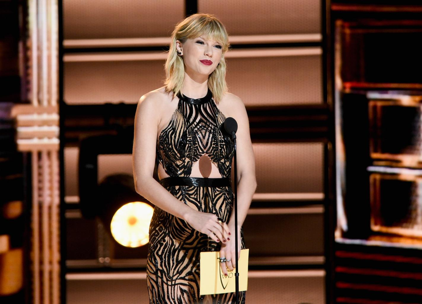 Taylor Swift Makes Big Return to the Cma Awards to Present Entertainer of the Year to Garth Brooks