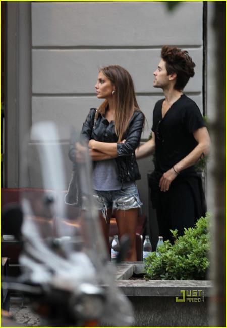 Nina Senicar con Jared Leto al Radetzky Caf a Milano | Fashion Times