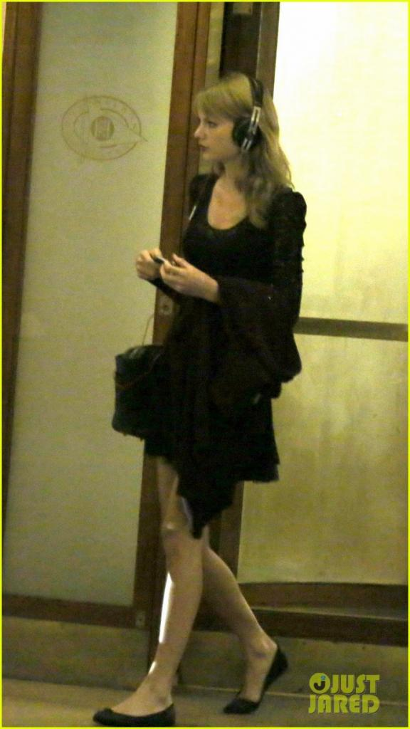 Full Sized Photo of taylor swift alexander skarsgard dine with the