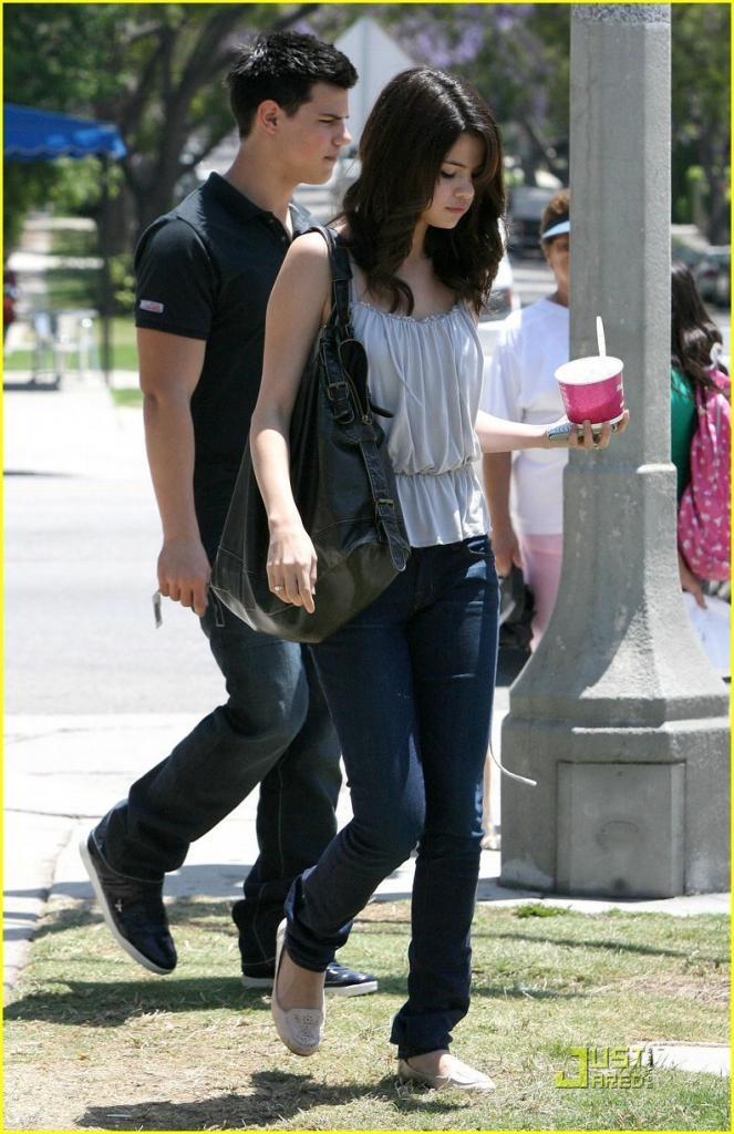 Selena Gomez & Taylor Lautner: Froyo Friends - Taylor & Selena Photo