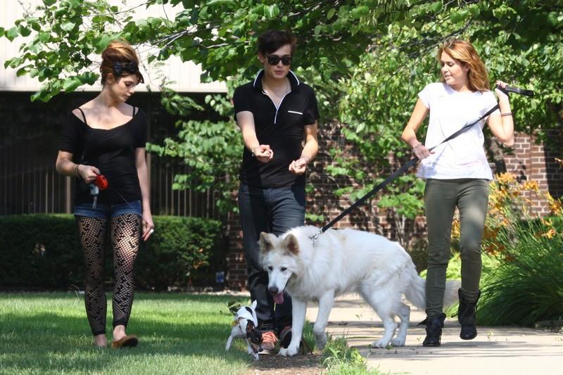 Fotos de Miley Cyrus y su Supuesto Novio Douglas Booth, espero os