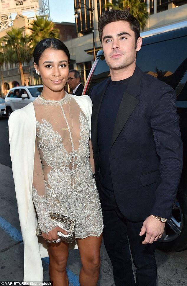 Zac Efron y su novia Sami Miro enfundada en un MINI vestido de PLATA