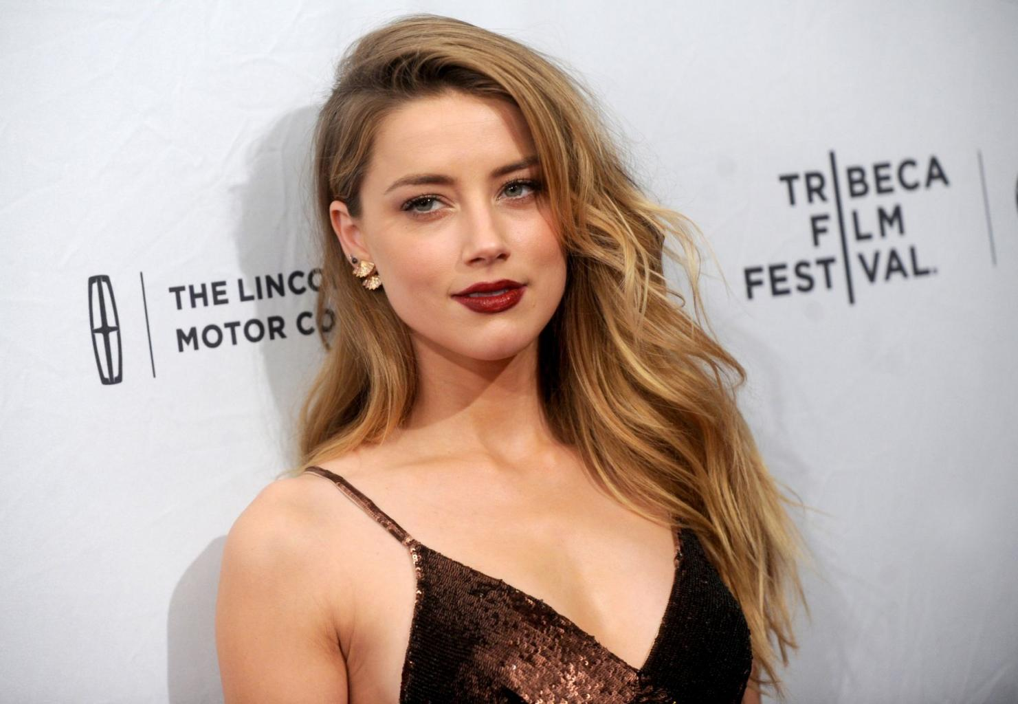 Amber Heard Gives Her Mum A Telling Off On The Red Carpet