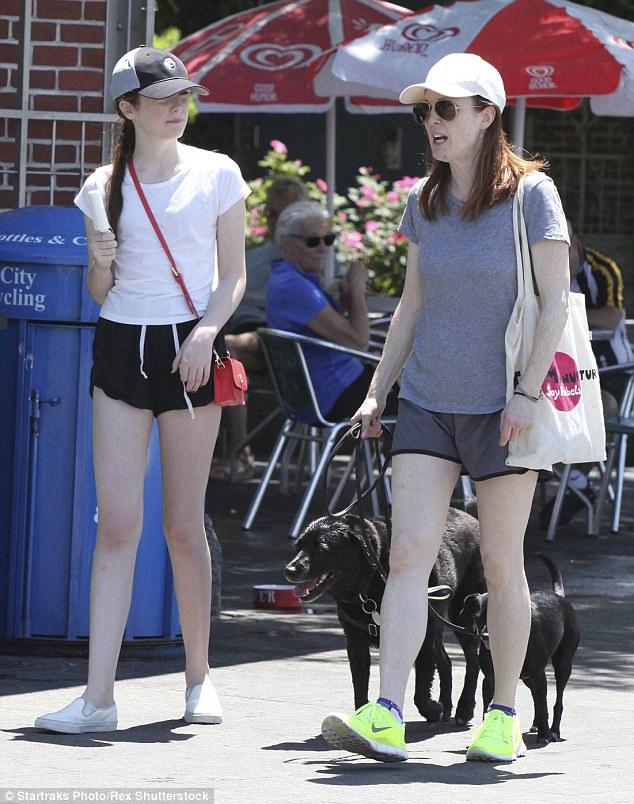 Julianne Moore Bonds With Daughter Liv Freundlich   Daily Mail Online