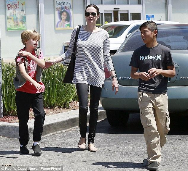 Angelina Jolie And Brad Pitt Stop At Subway On Knox And Vivienne's