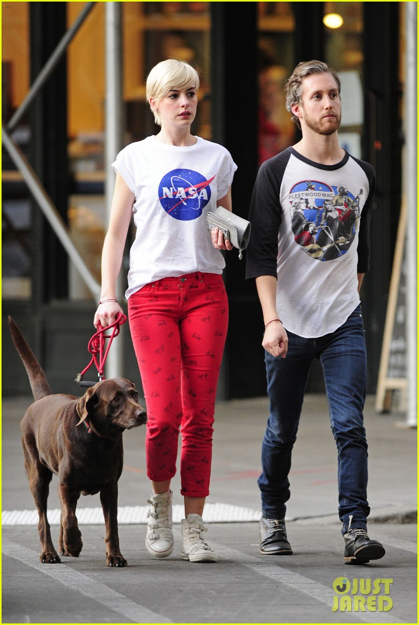 Anne Hathaway & Adam Shulman: Rainy Brooklyn Dog Walk: Photo