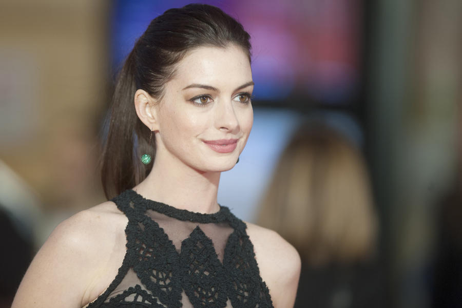 Anne Hathaway Shows Off Her Baby Bump In Bikini Pic - Today's News