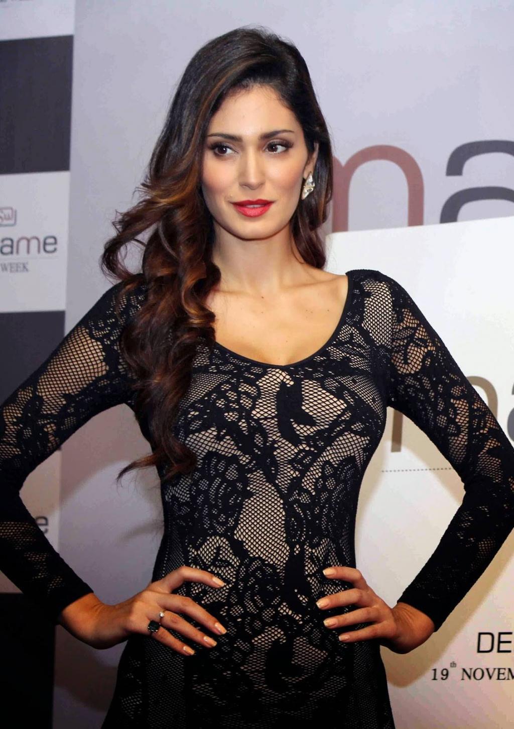 Bruna Abdullah Stills In Black Dress - Yadtek