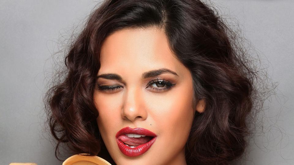 Esha Gupta Had An Awkward Fan Moment In Dubai After A Fashion Show
