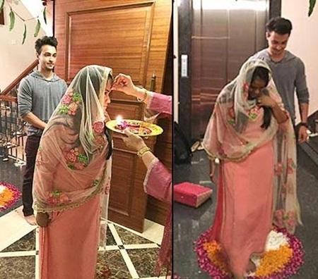 Khan Sister Arpita And Aayush Sharma Wedding Dress