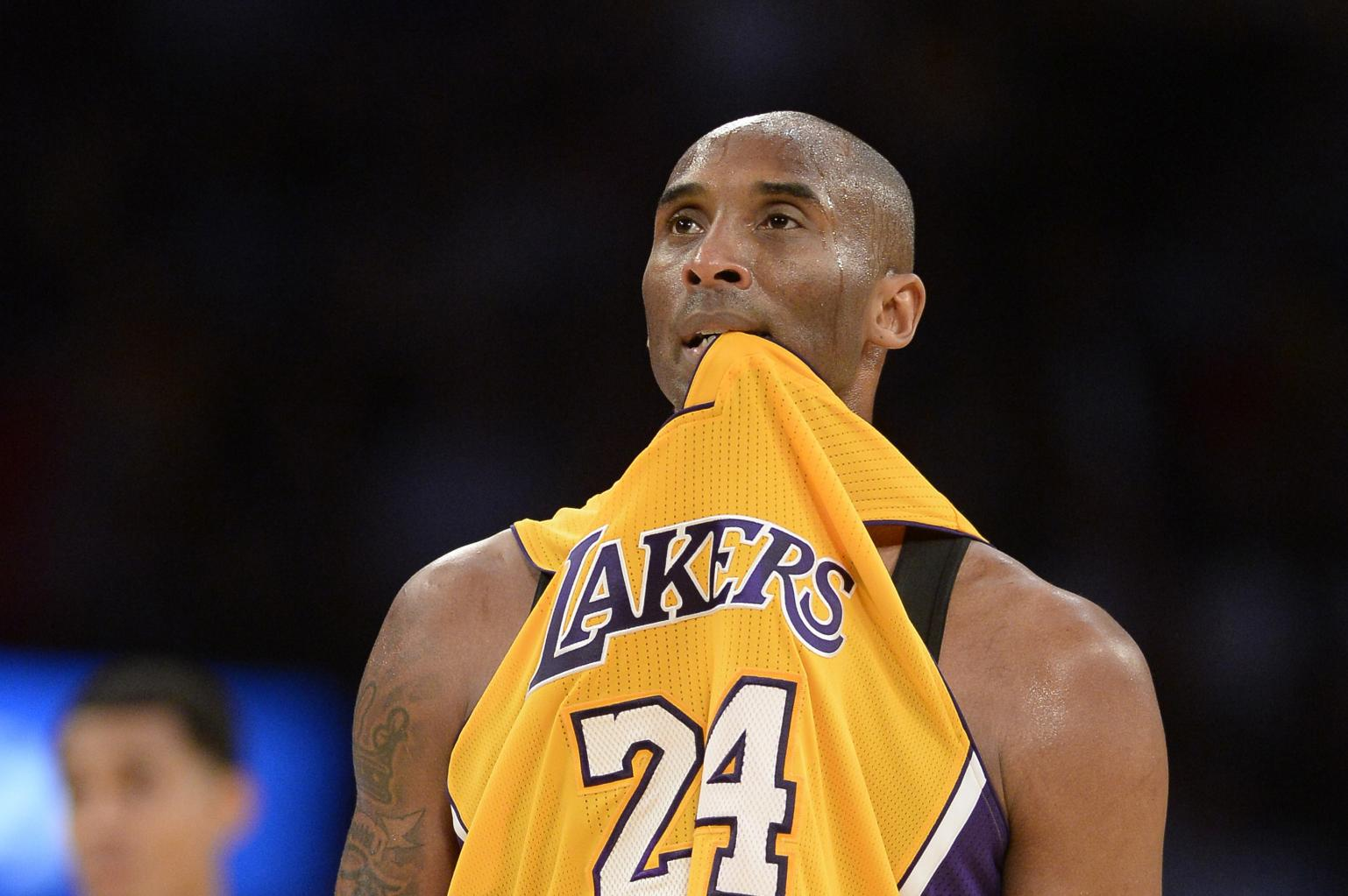 Kobe Bryant Dislocates Finger, Has It Popped Back In, Immediately
