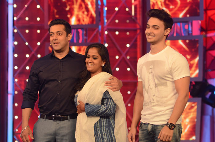 PHOTOS: Newlyweds Arpita Khan, Aayush Sharma Return To Mumbai