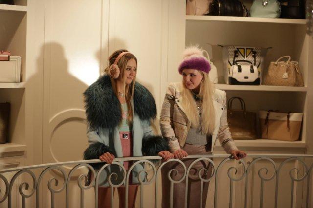 Still of Abigail Breslin and Billie Lourd in Scream Queens (