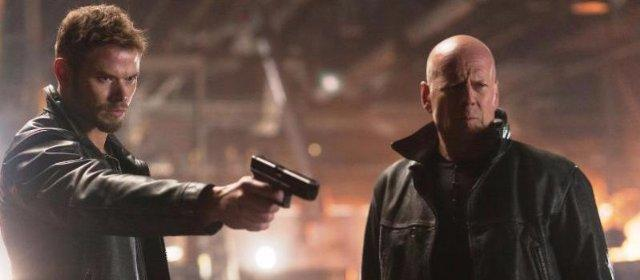 Still of Bruce Willis and Kellan Lutz in Extraction (2015)