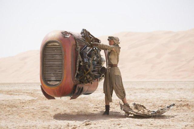 Still of Daisy Ridley in Star Wars: The Force Awakens (2015)