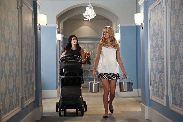 Still of Gina Rodriguez and Yael Grobglas in Jane the Virgin