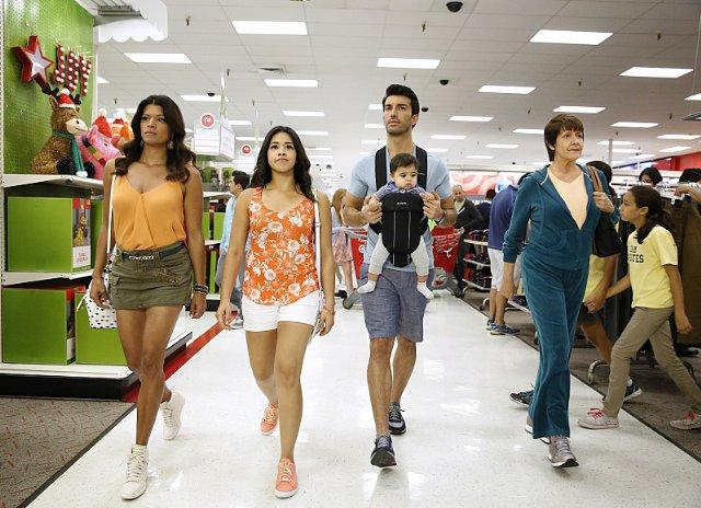 Still of Ivonne Coll, Andrea Navedo, Justin Baldoni and Gina