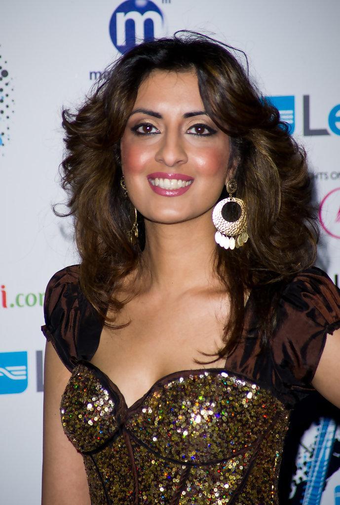 Noreen Khan Looks - StyleBistro